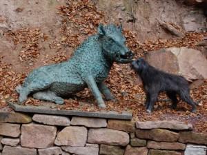 Hund an Wildschwein-Statue